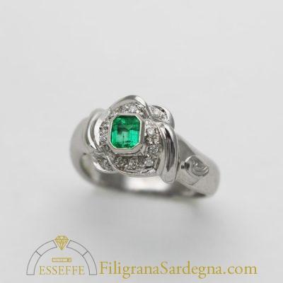 Anello a fascia con smeraldo