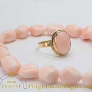 Anello con corallo ovale rosa