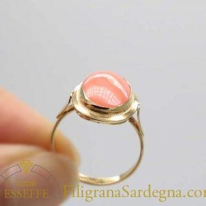 Anello con corallo rosa e decoro a bulino