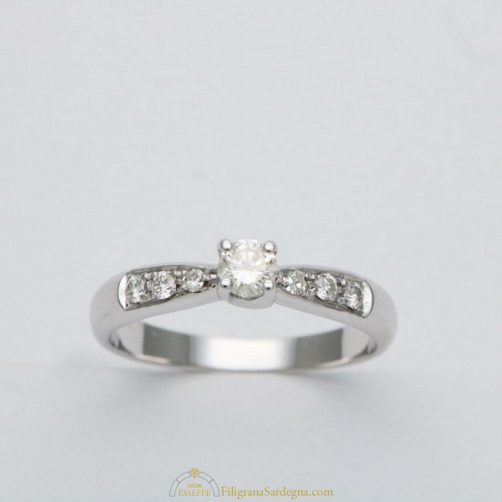 acquisto economico 7e36c 047da Anello con diamante centrale e diamantini sui lati