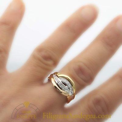 Anello con diamantini in oro bianco giallo e rosso