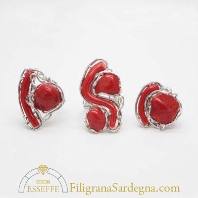 Anello con sassi di corallo e fili d'argento