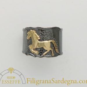 Anello in argento con cavallo in oro 1