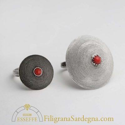 Anello in filigrana argento con corbula e corallo al centro