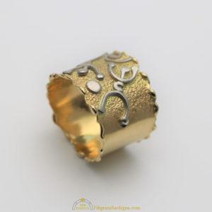 Anello in oro con petroglifi in argento