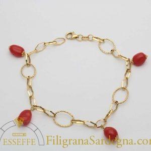 Bracciale in oro con coralli a charms