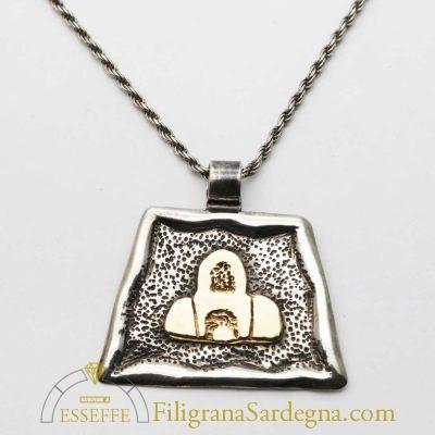 Ciondolo in argento con tomba dei giganti in oro
