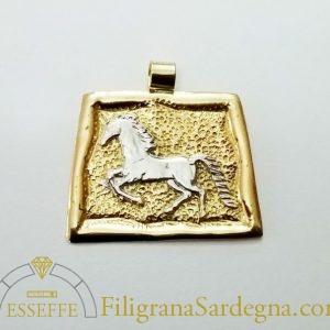 Ciondolo in oro con cavallo