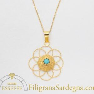 Ciondolo in oro con corbula e fiore in filigrana