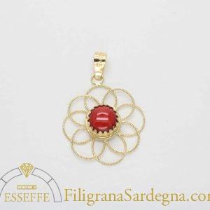 Ciondolo in oro con fiore in filigrana e corallo a cabochon