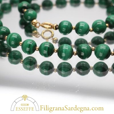 Collana con perle di malachite e intercalari d'oro