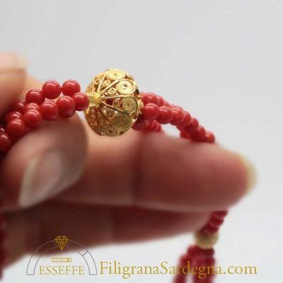 Collana con tre fili di corallo e vago in filigrana d'oro