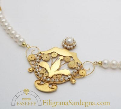 collana di perle con ciondolo intercalari filigrana