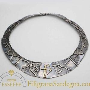 Collana in argento realizzata a sbalzo e cesello