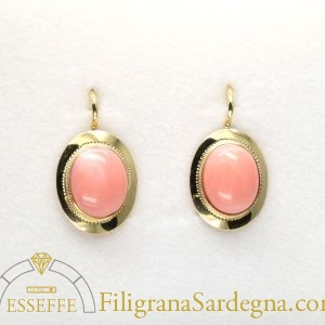 Orecchini con corallo ovale rosa e castone lavorato a bulino