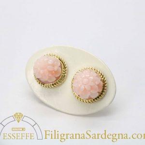Orecchini in corallo rosa intagliato e filigrana d'oro