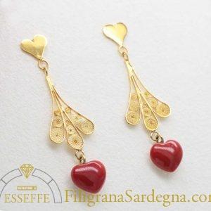Orecchini in filigrana d'oro con cuore pendente in corallo