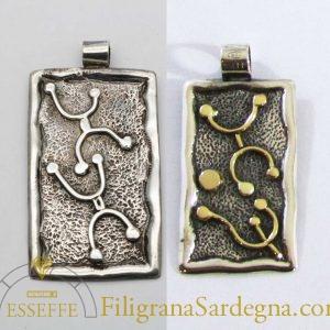 Pendente in argento e oro con petroglifi