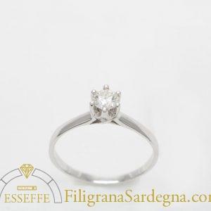 Solitario in oro bianco con diamante.